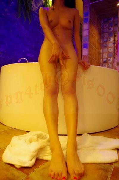 美微乳&パイパンな風俗嬢を撮影したヌード画像 17