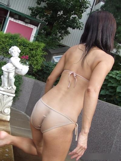 乳首や陰毛が透けて見えちゃってる素人女性の水着画像 17