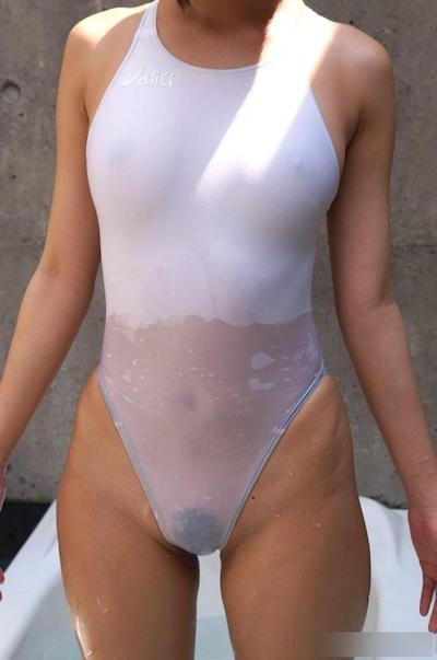 乳首や陰毛が透けて見えちゃってる素人女性の水着画像 29