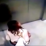 OLがエレベーター内でう○ちしちゃってる動画