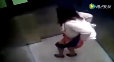 OLがエレベーター内でう○ちしちゃってる動画 2