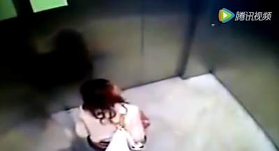 OLがエレベーター内でう○ちしちゃってる動画 4