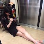 台湾の地下鉄で美女が床に座って美脚を露出してスマホゲーム