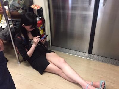 台湾の地下鉄で美女が床に座って美脚を露出してスマホゲーム 2