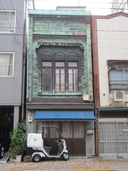 浅草端3丁目 3連アーチの銅板葺看板建築①