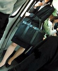 2016.04.23電車でスマホを弄るスーツ女子