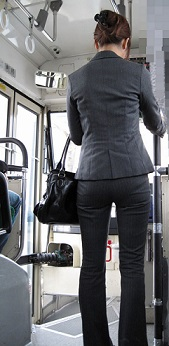 2016.04.25バスを降りるスーツ女性