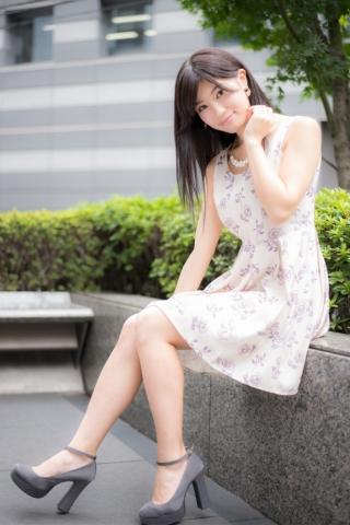 花柄のワンピースを着ている高崎聖子