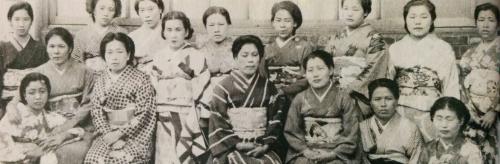 地元の郷土史家お墨付きのもので、軍艦島の遊女が写っているとされる。一番右上が小田美枝子さんの母親と思われる女性。身嗜みもしっかりしている。