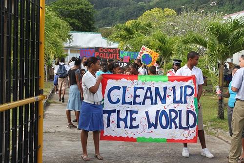 中学生たちの清掃呼びかけ行進