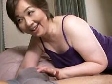 キレイな人妻熟女動画 :とんでもなくエロい色白むっちり還暦おふくろさんが息子と禁断エッチ!