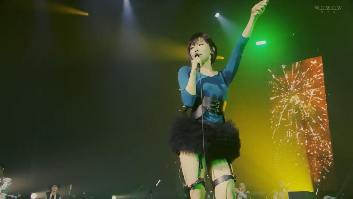 今もなおカリスマ的人気を誇る女性アーティスト椎名林檎さん彼女のライブで奇抜で個性的な衣装を着ることは有名なのですがこの日衣装は青のトップスだったのでワキ汗が