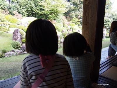 龍潭寺 庭を見る姉妹
