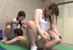 【M男】女子バスケ部の長身部員たちに性的イジメを受けるチビM男コーチ!