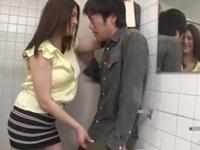 公衆便所で男を逆痴○して強制中出しさせる巨乳痴女お姉さん