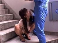 屋外ミニスカ痴女!運送屋の兄ちゃんを待ち伏せしマンションの階段で焦らしフェラチオ! 横山美雪