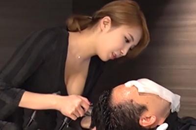 リピーターを増やすために軟らかい爆乳を密着させる新人美容師!