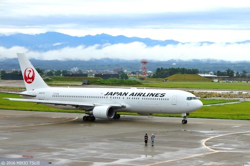 絶景探しの旅 - 0002 白山連峰とJAL機 (小松空港)