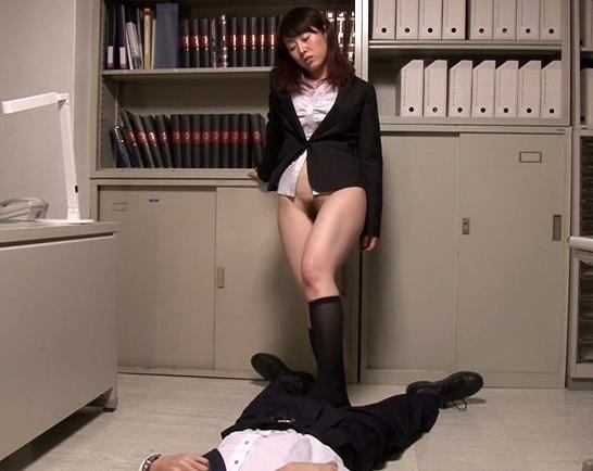 黒ソックスを履いた痴女2人組みの蒸れ蒸れ強烈足コキの脚フェチDVD画像1
