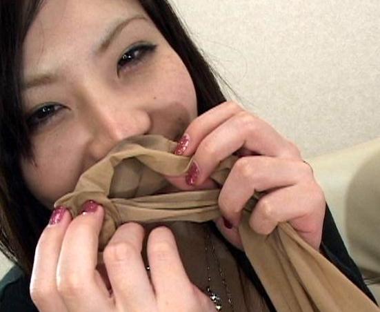 素人女子が自らの臭過ぎる足裏を嗅ぎまくるフェチ動画の脚フェチDVD画像5