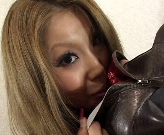 素人女子が自らの臭過ぎる足裏を嗅ぎまくるフェチ動画の脚フェチDVD画像1