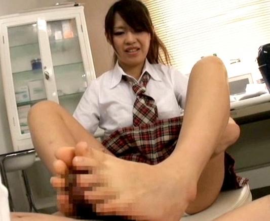 可愛い女子校生の足裏を触って舐めて嗅いで足フェチプレイの脚フェチDVD画像4