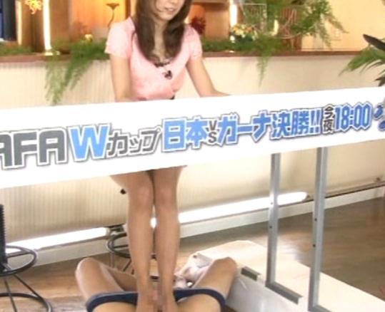 女子アナがニュースを読み上げながらパンスト足コキの脚フェチDVD画像3