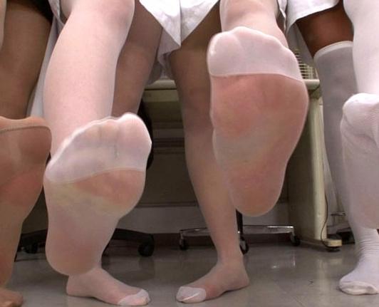 ドエスナース達の足指をしゃぶらされ脚と言葉で責められ足射の脚フェチDVD画像4