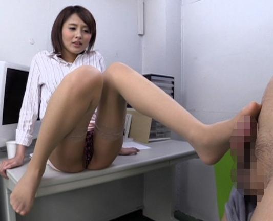 痴女で美脚な淫乱お姉さんがガーターストッキングで足コキ抜きの脚フェチDVD画像3
