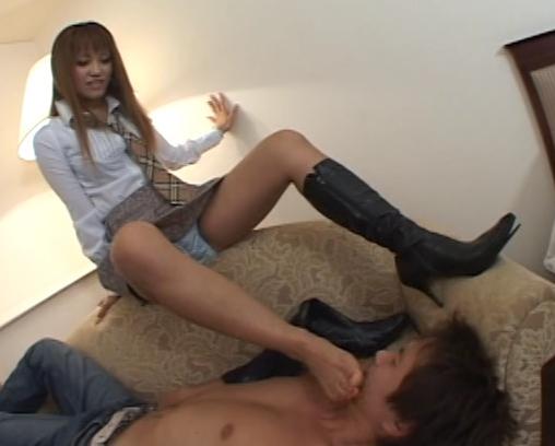 茶髪ギャルがブーツを履いて蒸れて臭く湿った足裏で責めるの脚フェチDVD画像2