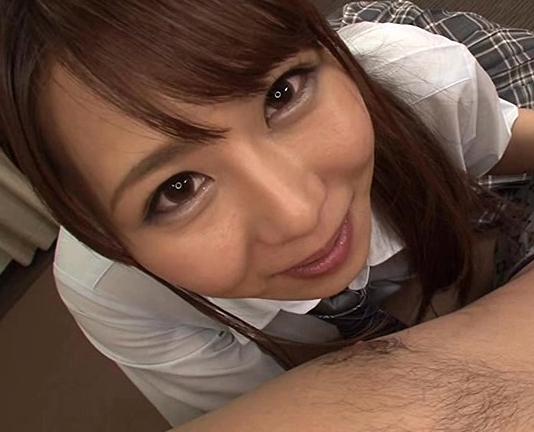 早漏チ●ポを改善するために美少女が生足で足コキ責めの脚フェチDVD画像3