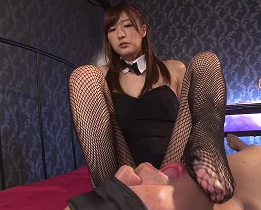 痴女バニーガールがM男に足コキと手コキで強制射精の脚フェチDVD画像3