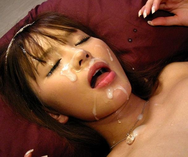 美少女ロリータ丘咲エミリの生足コキとジュボフェラで大量顔射の脚フェチDVD画像6