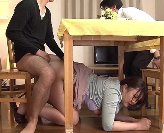 ドスケベお母さんが食卓の下で息子のチ●ポをパンスト足コキの脚フェチDVD画像5