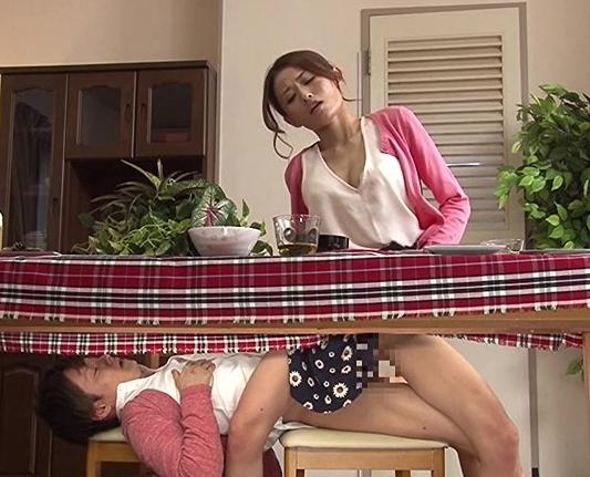 ドスケベお母さんが食卓の下で息子のチ●ポをパンスト足コキの脚フェチDVD画像2