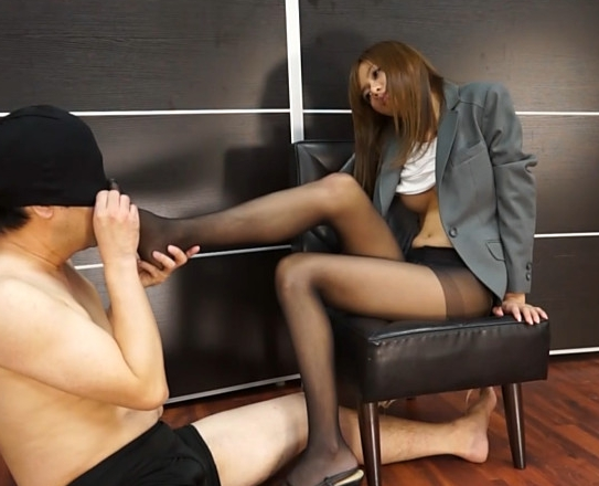 茶髪秘書がペディキュアを塗ったエロい黒パンスト爪先で足コキの脚フェチDVD画像2