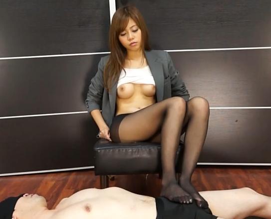 茶髪秘書がペディキュアを塗ったエロい黒パンスト爪先で足コキの脚フェチDVD画像3