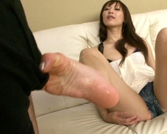 自分の生裏を匂って舐める変態女がブーツコキやパンスト足コキの脚フェチDVD画像2