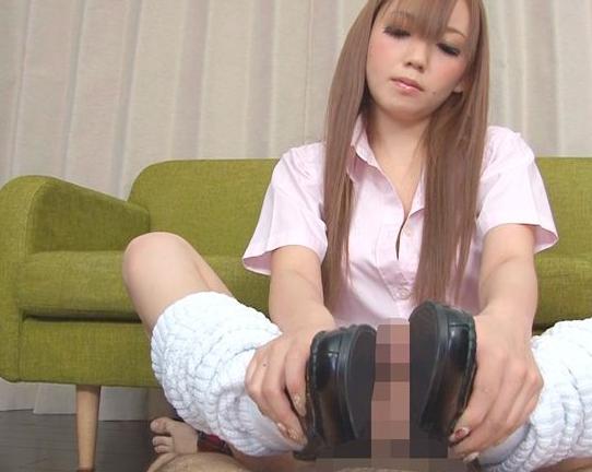 金髪ロングな女子校生がローファーを履いたまま靴コキ抜きの脚フェチDVD画像3