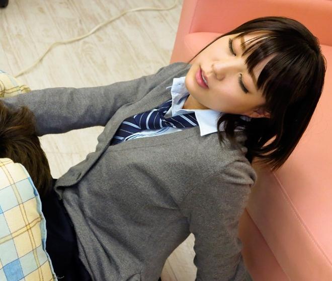 女子校生にコタツの中でイタズラしたら足コキとセックスに発展の脚フェチDVD画像4