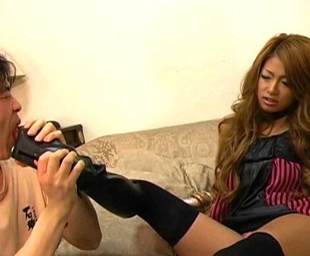 キモいM男のチ●ポをドエスな黒ギャルが靴底でブーツコキ責めの脚フェチDVD画像3
