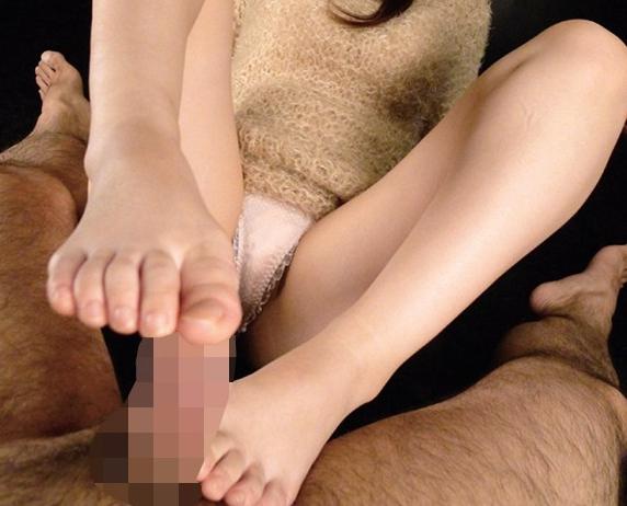 耳元で囁くような優しい淫語と肉厚な足裏で足コキ責めの脚フェチDVD画像1