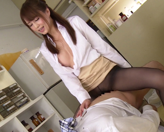 究極美女が卑猥なガニ股で足コキや腰をガク突かせ痙攣絶頂の脚フェチDVD画像1