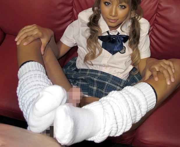 小悪魔JKギャルのルーズソックス足コキと手コキで大量射精の脚フェチDVD画像2