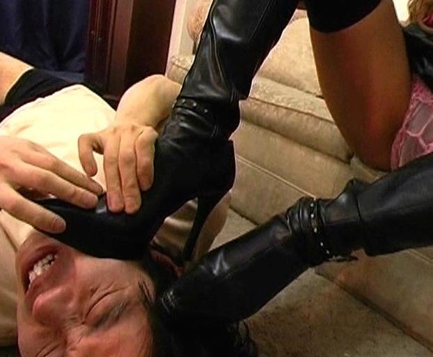 生意気ビッチな黒ギャルがキモ男にブーツコキや足臭コキ責めの脚フェチDVD画像3
