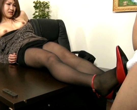 足フェチ必見!若妻の靴コキやパンスト足コキでぶっかけ足射の脚フェチDVD画像1