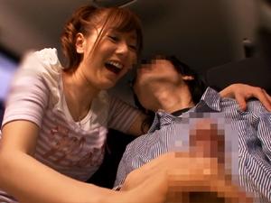 【麻美ゆま】ナンバーワン人気女優に筆おろししてもらえる1311通の応募から選ばれた童貞くんが手コキで暴発!