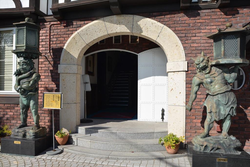 入り口脇の像_6