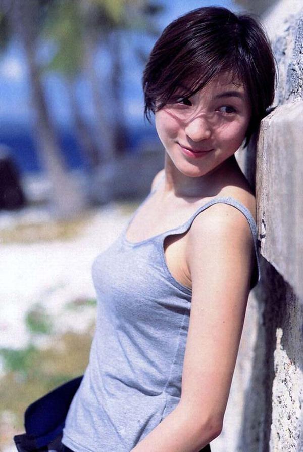 広末涼子のノーブラおっぱいの谷間画像10