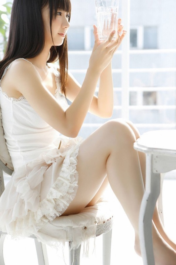 AKB48柏木由紀のエッろい太ももチラ谷間画像